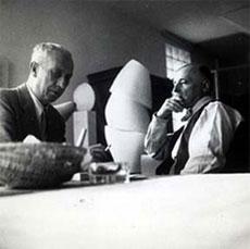 Friedrich Kiesler mit Hans Arp, Paris 1947