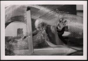 """Friedrich Kiesler arbeitet am Maschendrahtmodell seines """"Endless House"""", New York, 1959, Fotograf unbekannt."""