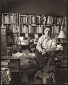 Friedrich Kiesler an seinem Schreibtisch, New York, 1947, Fotograf: Ben Schnall.