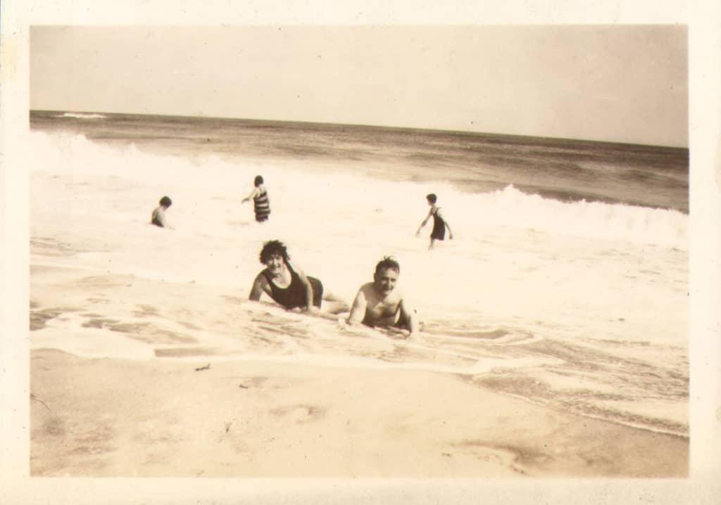 Stefi und Friedrich Kiesler am Strand von Southampton, 1932
