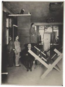 """Gruppenfoto in der """"Internationalen Ausstellung neuer Theatertechnik"""": (v.l.n.r.) B. F. Dolbin, Theo van Doesburg, Friedrich Kiesler, Enrico Prampolini"""