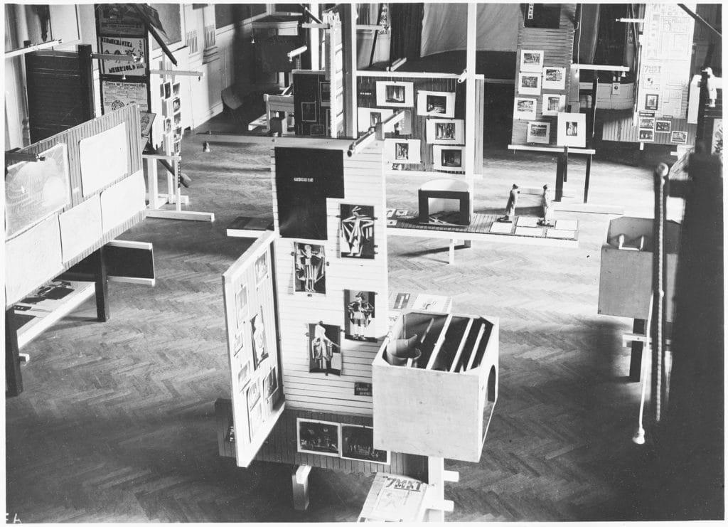 """Einblick in die """"Internationale Ausstellung neuer Theatertechnik"""", organisiert und gestaltet von Friedrich Kiesler, kleiner Saal (heute Schubertsaal) im Wiener Konzerthaus, Fotograf unbekannt"""